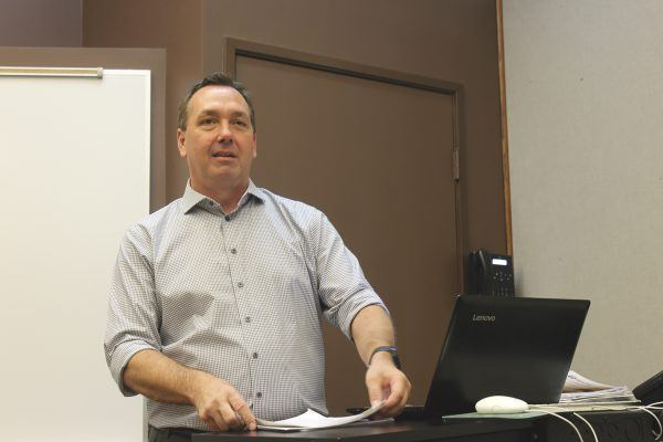 Lance Pugmire launches into his Journalism 100, News Reporting class. / photo by Eric Rangel